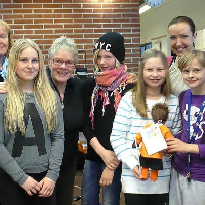 Hämeenlinnan Ortelan koulun oppilaita ja Unicef-ryhmäläisiä