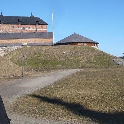 Kuvataideopettaja Liisa Vartiainen Hämeen linnan maisemassa