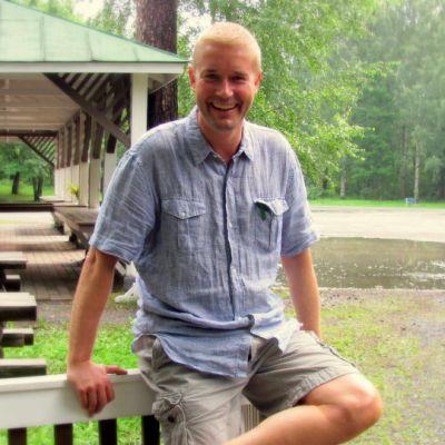 Ohjaaja Marco Bjurtsröm kesäteatterimiljöössä