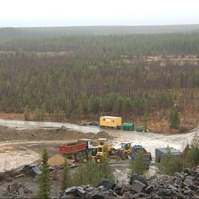 Hannukaisen rautamalmikaivoksen avolouhos tulisi tähän maisemaan. Hannukainen Mining Oy:n koerikastusmonttuja täyttävät koneet seisovat rankan sateen pehmentämien maiden vuoksi 16.10.2017. Hannukainen, Kolari.