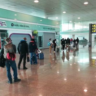Juhani Artto lentää Barcelonasta Suomeen Pariisin kautta. Kuva Barcelonan lentoasemalta.