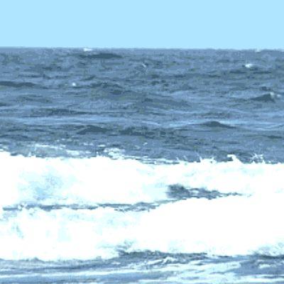 Liikkuvassa kuvassa vellovaa merta.