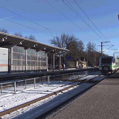 Animaatio pendolinojunasta saapumassa juna-asemalle.