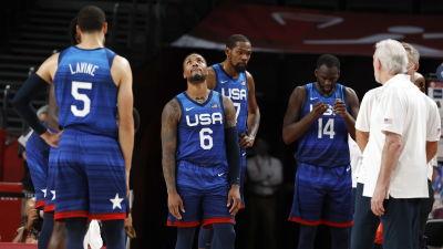 Fyra amerikanska spelare och en tränare ser uppgivna ut under en match.