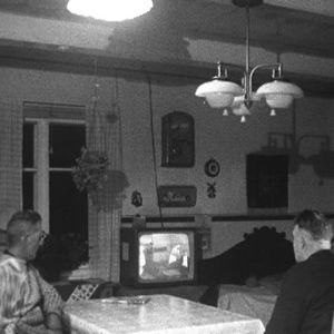 Saaristolaiset katsovat televisiota.