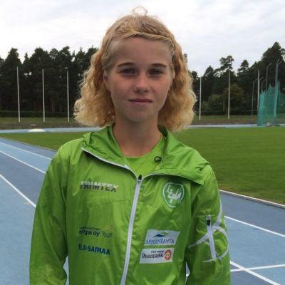 Juoksija Alisa Vainio Lappeenrannan Kimpisen kentällä.