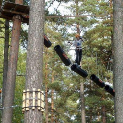 Ihmisiä metsään tehdyllä aktiviteettiradalla.