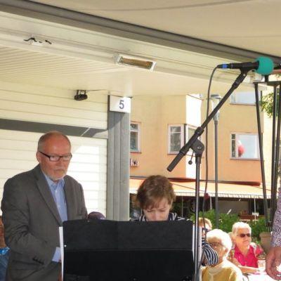 Basso Markus Suihkonen oopperapäivän avauksessa. Tukemassa PR-päällikkö Aarno Cronvall, pianisti Asta Onnila ja oopperalaulaja Matti Salminen.