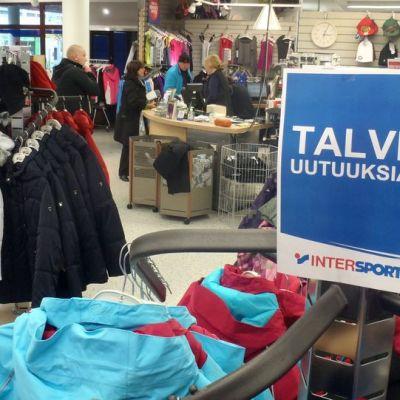 Talvivaatteita esillä Joensuulaisessa urheilivälinekaupassa.