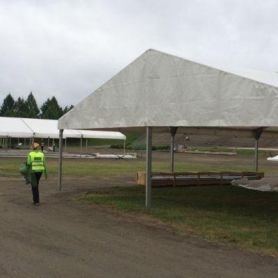 Farmari-maatalousnäyttely rakentuu Joensuun Laulurinteelle pilvisenä kesäpäivänä.