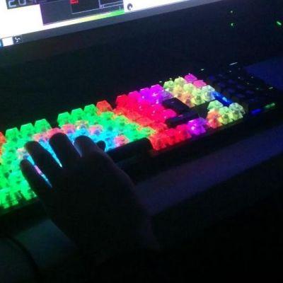 Värikäs tietokoneen näppäimistö Vectorama-tapahtumassa Oulussa.