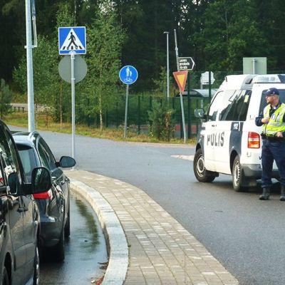 Poliisi pysäyttää autoilijoita ratsiassa.