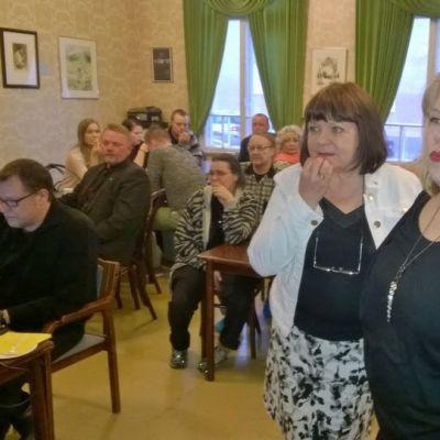 Perussuomalaisten Maria Tolppanen katselee vaaliennustetta