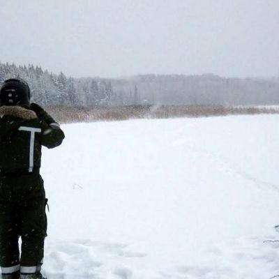 Rajavartija tähyää rajanylittäjien tulojälkiä Kiteen Kangasjärvellä tiistaina