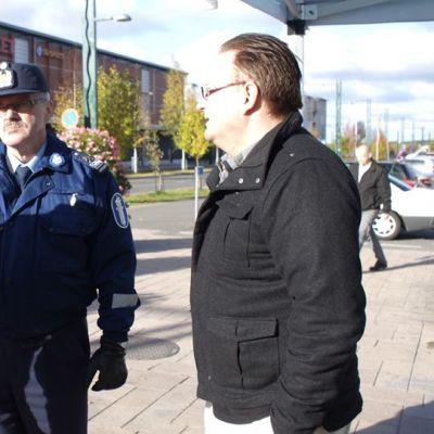 Jari Vesa, ylikomisario Pertti Haapasalo ja kaupunginvaltuutettu Juhani Keinänen.