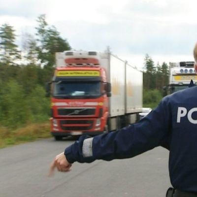 Liikkuvan poliisin ratsia elokuussa 2012.