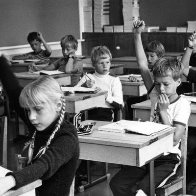 Koululaisia luokkahuoneessa 1970-luvulla