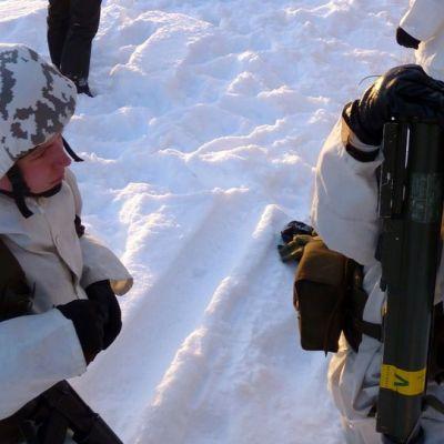 Kuvassa kaksi varusmiestä harjoittelee Rissalan varuskunnassa.