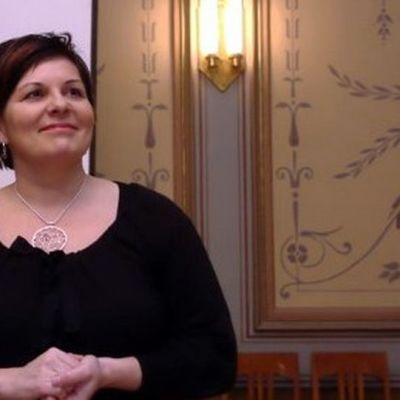 Kuvassa Kalevalaisten Naisten Liiton puheenjohtaja Sari Kaasinen, joka on tuttu myös nykykansanmusiikkiyhtyeestä Värttinä.