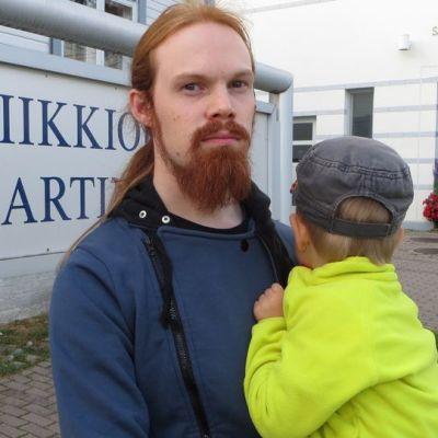 Janne Arstila haki yhden pojan kerhosta ja toi toisen pojan ja äidin musiikkileikkikouluun.