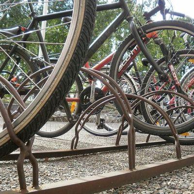 Polkupyöriä pyörätelineessä.
