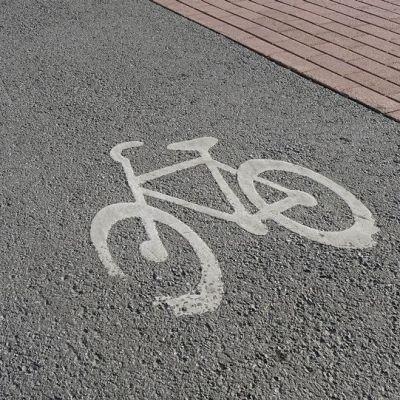 Maalattu pyörätien merkki asfaltissa