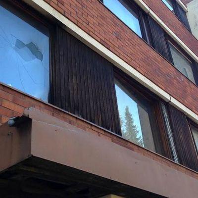 Rikottu ikkuna kerrostalossa