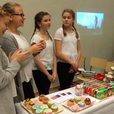 Maija Putkonen, Anni Kokkonen, Jonna Pynnönen ja Ella Marttinen Cup Cafe -yritystään esittelemässä.