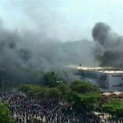 Burkina Fason parlamenttitalo tulessa 30. lokakuuta 2014.