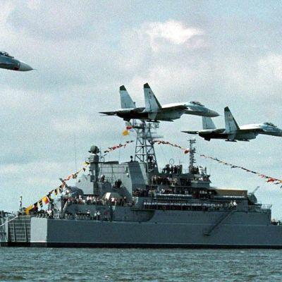 Kolme hävittäjää lentää Venäjän sota-aluksen ohi.