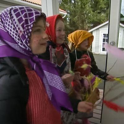 Kolme tyttöä trulleina virpomassa