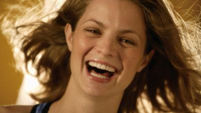 Kvinna som skrattar.