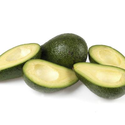Fleara avokado halverade och upplagda.