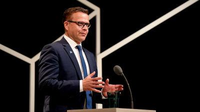 Petteri Orpo i en talarstol.