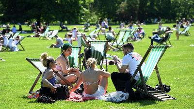 Folksamling i en park i London, maj 2021.