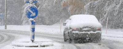Personbil ute och kör i snöyra.