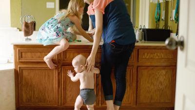 En mamma med sina två barn.