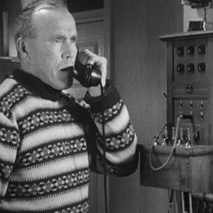 Luotsi puhuu puhelimeen Haapasaaressa vuonna 1964.