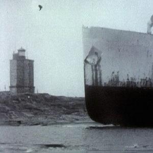 Laivanhylku Utön edustalla. Takana Utön majakka