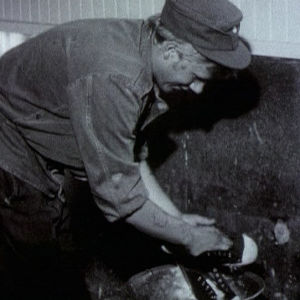 Varusmies pesee kenkiä Utössä 1973