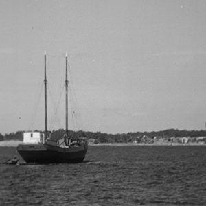 Kaljaasi Vellamo lipuu kohti Haapasaarta vuonna 1964