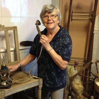 Museonhoitaja Raija Tantun kädessä on Hirvensalmen kunnan ensimmäinen puhelin. Palaneesta kirkosta pelastettu kustavilainen tuoli lienee museon arvokkain esine.