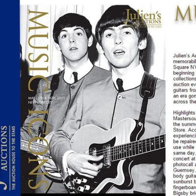 George Harrison kitara kädessä, takana Paul McCartney