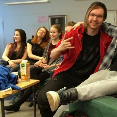 Niinivaaran lukion oppilaita sohvalla.
