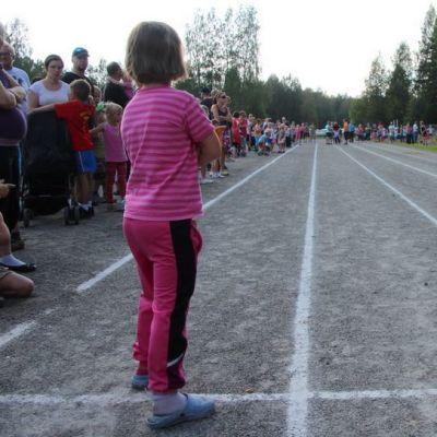 Lapset yleisurheilukentällä Joensuun Hammaslahdessa.