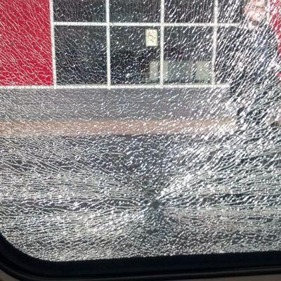 Allegro-junan särkynyt ikkuna.