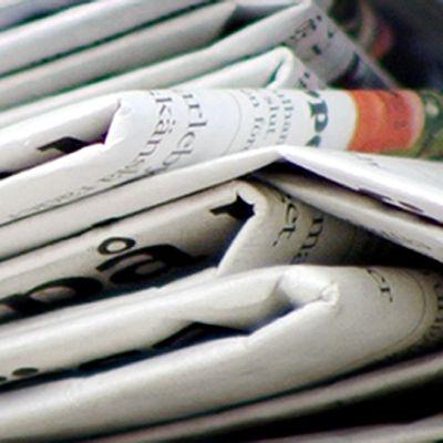 Sanomalehtiä pinossa.