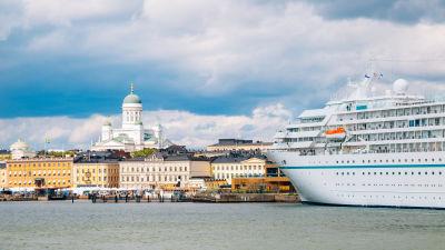 Ett kryssningsfartyg i vattnet vid Helsingfors.