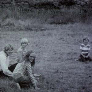 Lapset leikkii ulkona Utössä 1973