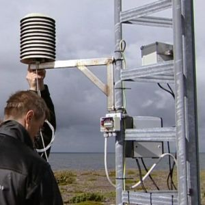 Merisään mittauslaitteen huoltoa Nyhamnissa.